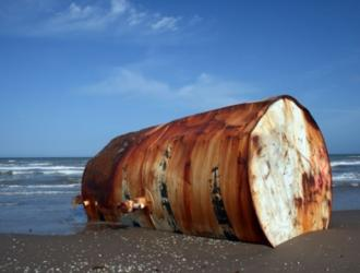 fusti abbandonati in spiaggia