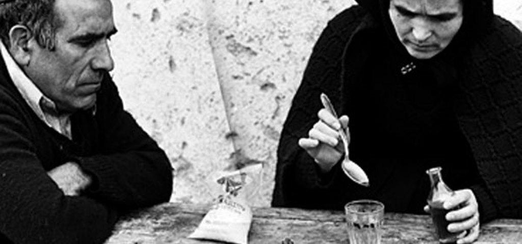 il rito della medicina contro il malocchio, pratica largamente diffusa in Sardegna ancora oggi