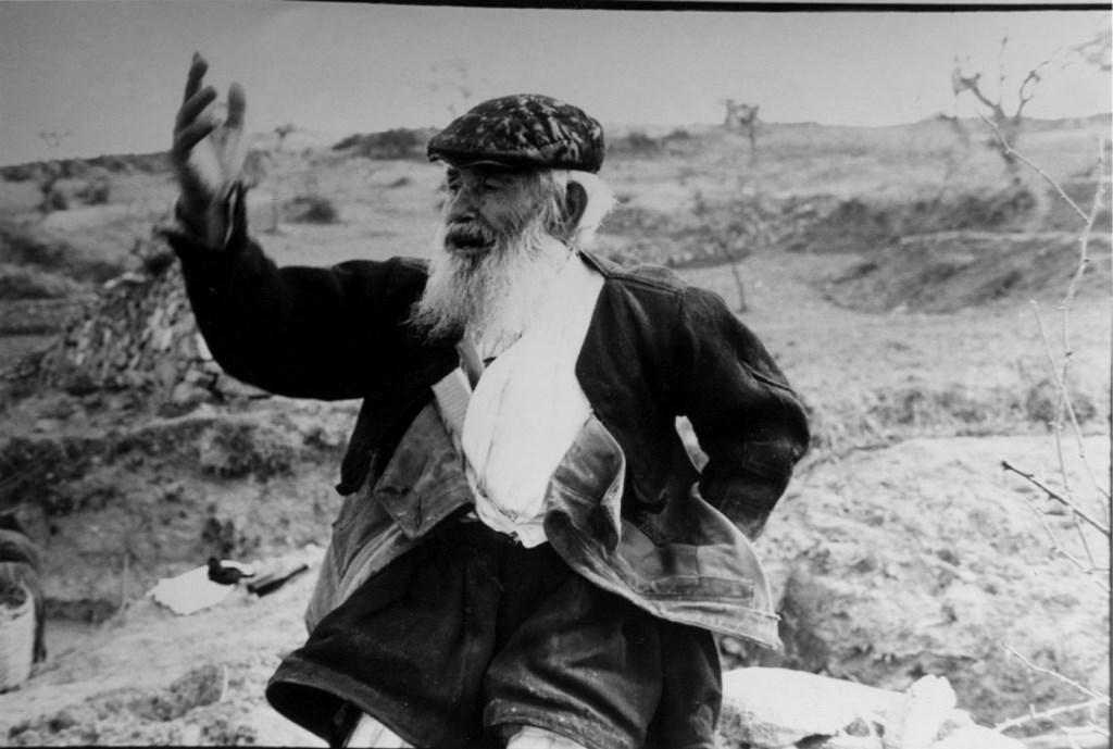Un tipico esempio di vecchio saggio di paese, con i tradizionali abiti sardi